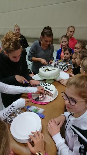 Feier des Erfolges mit Zebra-Kuchen
