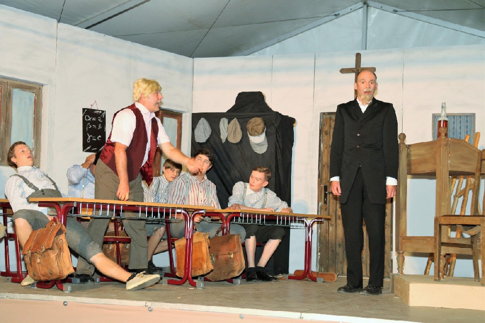 Theater: Die Feuerzangenbowle